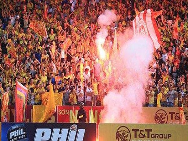 Pháo sáng sân Hàng Đẫy, Hà Nội FC truy tìm CĐV quá khích